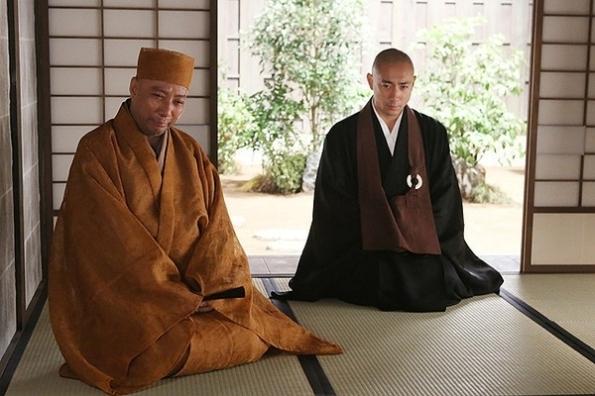 (left) Rikyū's teacher Jōō Takeno (Ichikawa Danjūrō XII) and (right) Sen no Rikyū (Ichikawa Ebizō XI) http://www.holyshare.com.tw/music/comic/articleid/22446/