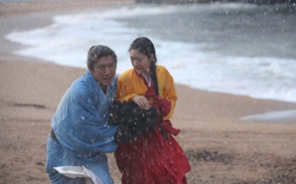 (left) the young Rikyū (Ichikawa Ebizō XI) escaping with (right) Josen (Clara, aka Lee Seong-Min)