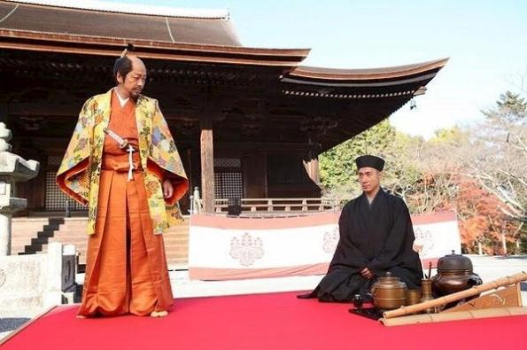 Hideyoshi's Grand Tea Gathering - (left) Toyotomi Hideyoshi (Nao Omoroi) and (right) Sen no Rikyū (Ichikawa Ebizō XI) http://www.mask9.com/node/167786