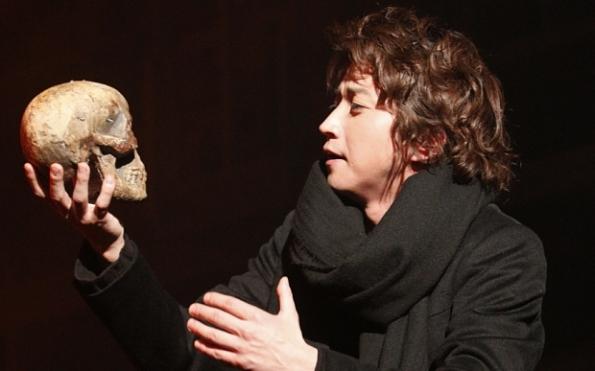 Tatsuya Fujiwara as Hamlet (photo Takahiro Watanabe)Hamlet, Tatsuya Fujiwara photocredit Takahiro Watanabe