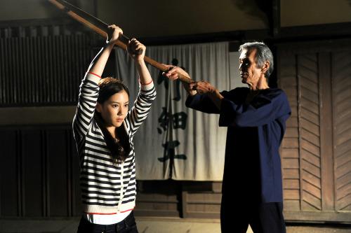 Iga Satsuki (Chihiro Yamamoto) being coached by Kamiyama (Seizo Fukumoto)